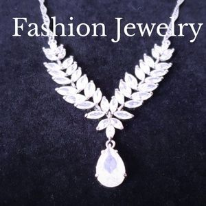 Jewelry - Gorgeous Silver Tone Leaf Crystal Necklace